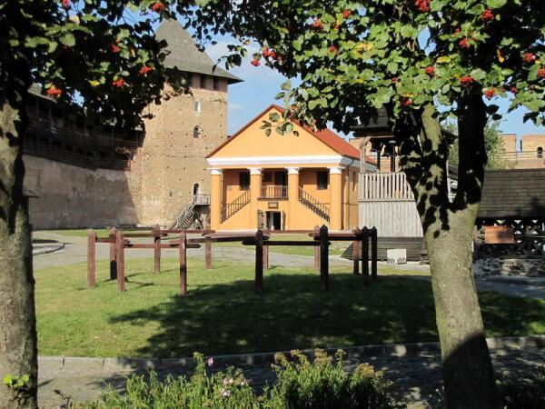 Дворец епископа, слева от него - Владычья башня, вход в Музей колоколов
