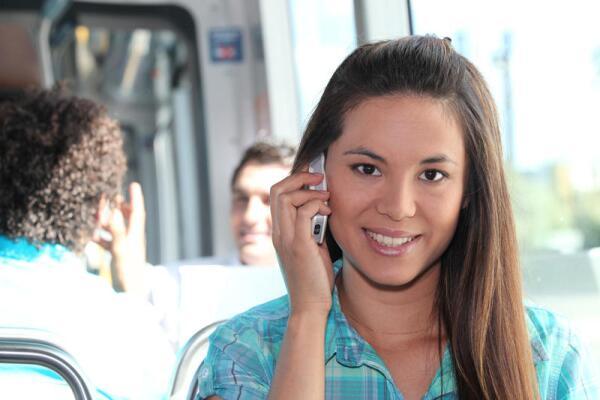 Что принес в нашу жизнь мобильник? Все меньше задушевного общенья, все больше телефонной болтовни...