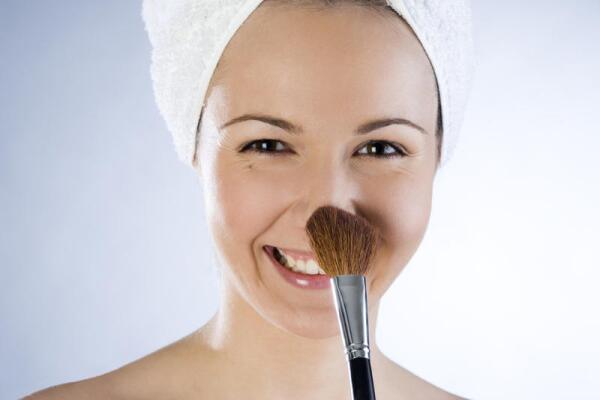 Основа под макияж. Какой она бывает и как ее наносить?: http://krasotke.info/topics/osnova-pod-makiyazh-kakoj-ona-byvaet-i-kak-ee-nanosit/