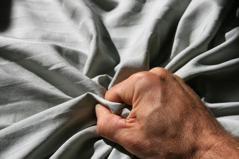 Собственное домашнее фото интимной жизни зрелых супругов, мастурбирует себя в жопу пальцем
