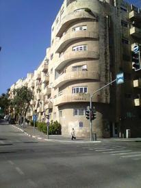 Жилой дом на углу улиц Маалот и короля Георга построен в 1930-е годы