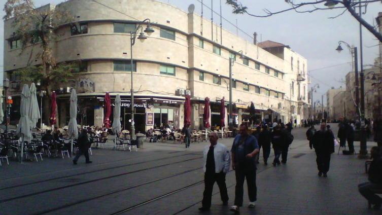Здание на улице Яффо. Оно примыкает к Русскому подворью и было построено в 1930-е годы по заказу Русского православного палестинского общества. Об этом свидетельствует эмблема на фронтоне