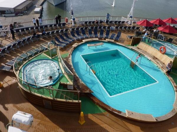 Бассейн  и джакузи на корме 10-й палубы
