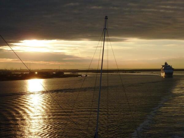 В Мексиканском заливе, закат, за нами - лайнер «Royal Caribbean».