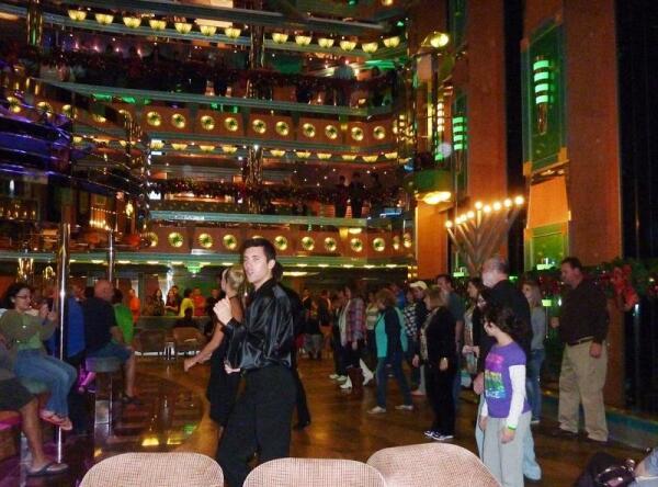 Танцы в лобби 3-й  палубы