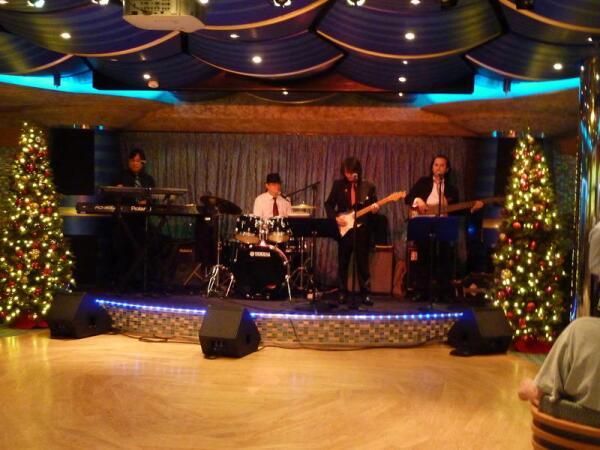 Музыканты  играют в холле 5 палубы, 31.12.2013 г.