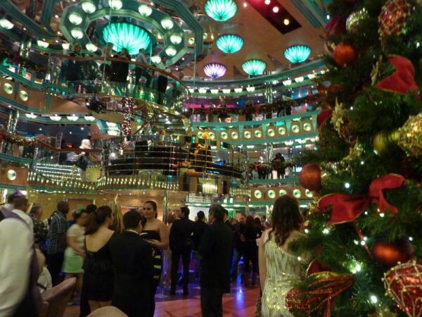 В лобби 3-й  палубы,  встреча Нового года