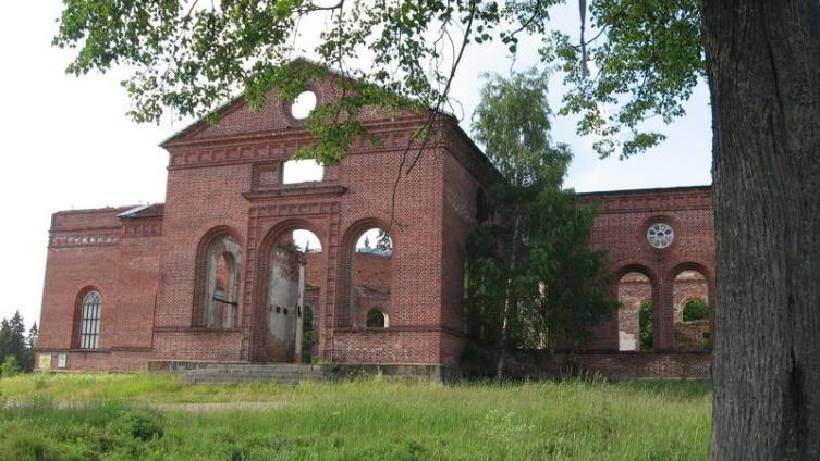Так руины церкви выглядят с трассы А-121 «Сортавала»