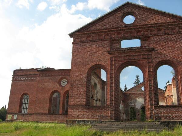 Южный фасад церкви. У левого края его стены - мемориальная табличка