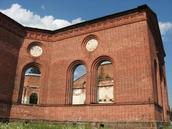 Так руины церкви выглядят снаружи