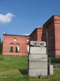 Гранитные блоки бывшего памятника. Памятный крест