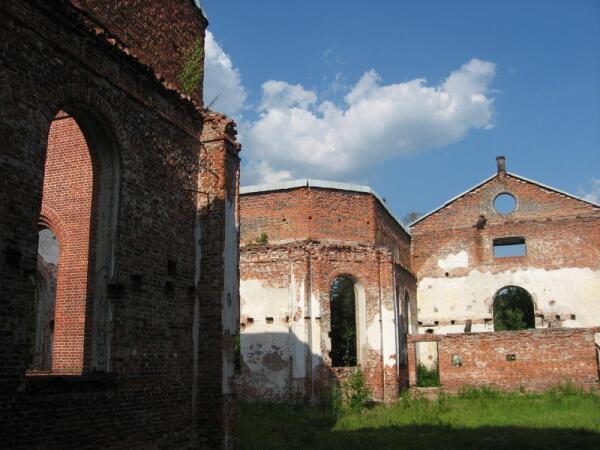 Внутри стены церкви когда-то были оштукатурены