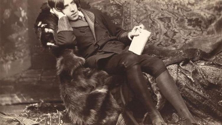 К. Чуковский: «Оскар Уайльд восстает против себя самого, ниспровергает свой же идеал бездумного, бездушного искусства, начисто отказывается от своей гурманской эстетики и требует искусства осердеченного, рожденного любовью и подвигом».