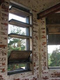 Окна на площадке звона закрываются механическими ставнями. Некоторые из них ещё работают