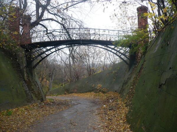 Старинный пешеходный мостик в Рамони