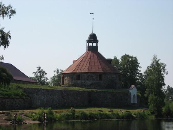 Приозерск, река Вуокса. На её берегу Круглая (воротная) башня Старой крепости. Левее её - крыша Старого Арсенала