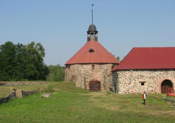 Круглая башня Старой крепости. Правее неё - Старый Арсенал