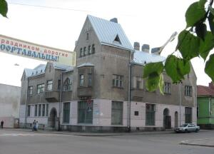 Что за здание выходит углом на главную городскую площадь карельского райцентра Сортавала?