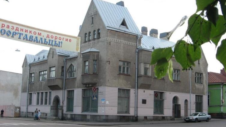 Дом Леандера стоит на перекрестке улиц Гагарина и Карельской
