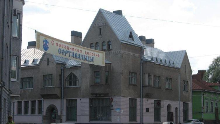 В 1905 г. этот дом встал на перекрестке нынешних улиц Гагарина и Карельской