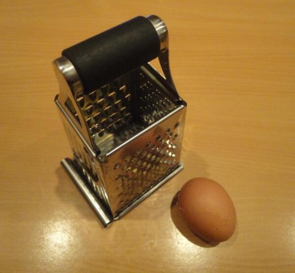 Твердый сыр и вареное яйцо трем на мелкоячеистой терке