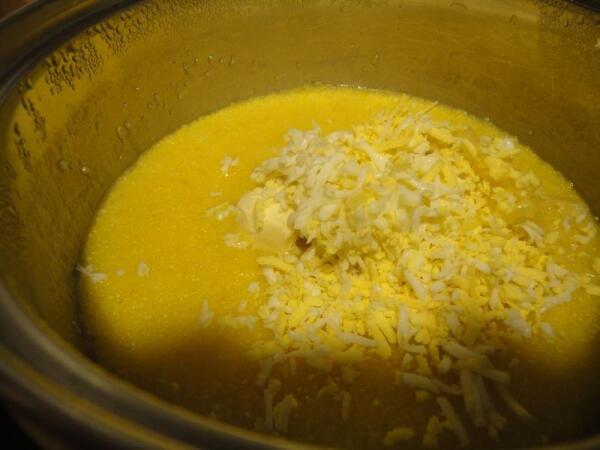 Тертые сыр и яйцо, кусочек масла закладываем в кастрюлю с мамалыгой...