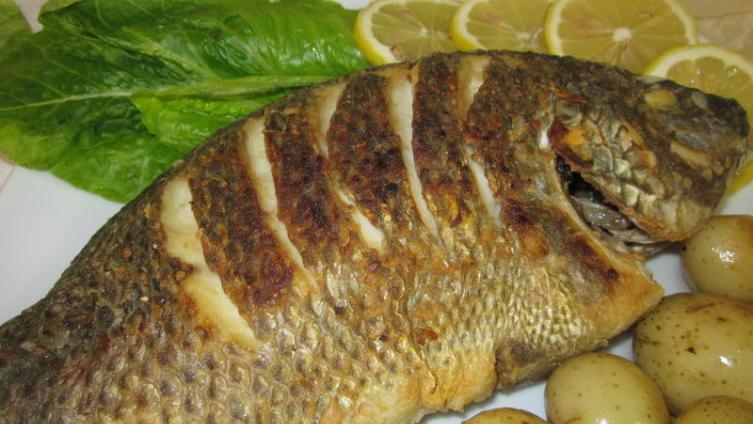 Рыба, жаренная целиком, с хрустящей корочкой