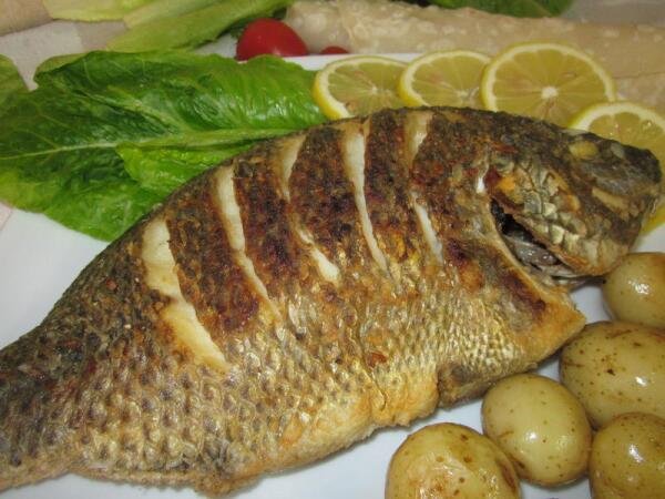 Как поджарить рыбу целиком с хрустящей корочкой?