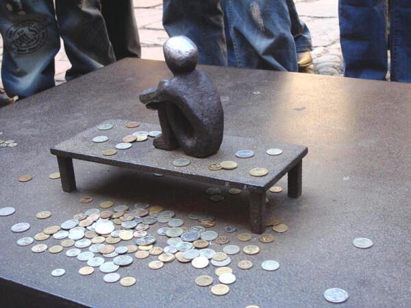 В Стокгольме есть скульптура высотой всего 10см