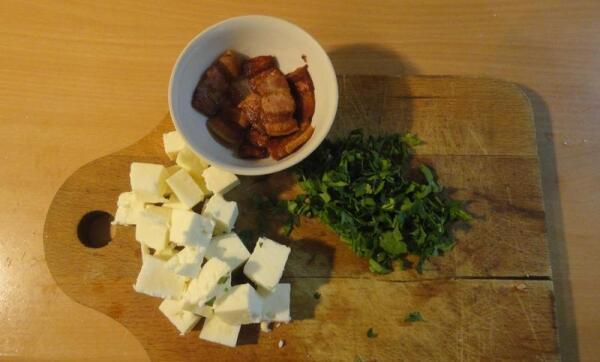 Шкварки выжарил, сыр порезал небольшими кубиками, порубил зелень... Всё готово!