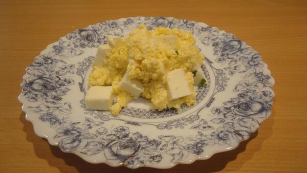 Раскладываем банош по порционным тарелкам. Уже на него - сыр...