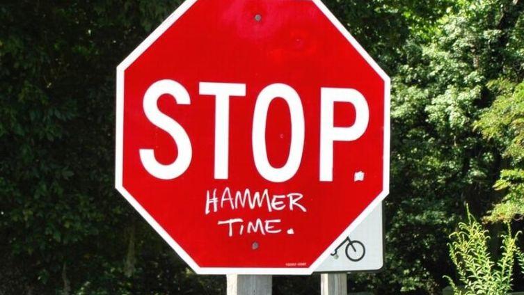 Знаменитый мем на дорожном знаке