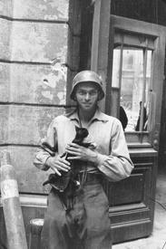 Евгениуш Локайский у дома 12 по улице Монюшко (Moniuszki). Варшава. Северное Срудместье. Сентябрь, 1944