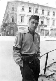 Евгениуш Локайский (Eugeniusz Lokajski, 1909—1944) на углу улиц Брацкой (Bracka) и Хмельной (Chmielna). Варшава. Северное Срудместье. Сентябрь, 1944
