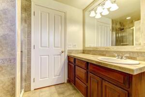 На что стоит обратить внимание, выбирая двери для ванной и туалета?