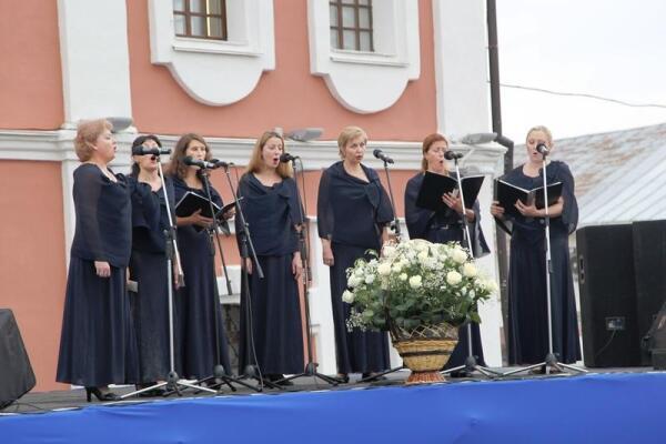Женская хоровая капелла услаждает присутствующих божественными песнопениями