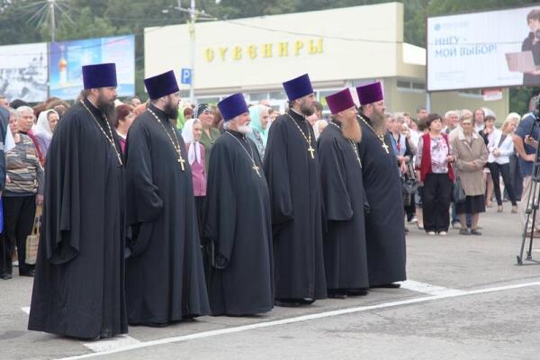 Иереи в праздничном облачении в ожидании владыки