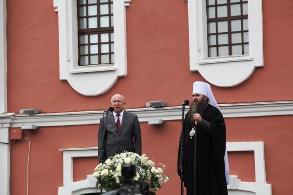 На трибуне Архиепископ Арзамасский и Нижегородский Георгий и губернатор Валерий Павлинович Шанцев