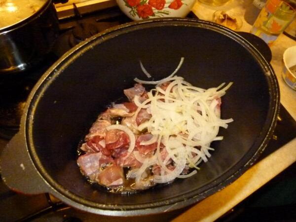 Начинаем послойно выкладывать мясо и лук