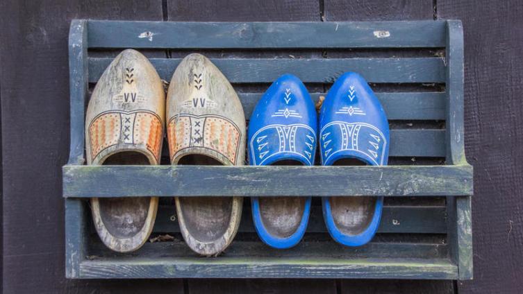 Какая обувь самая неудобная? Деревянная!
