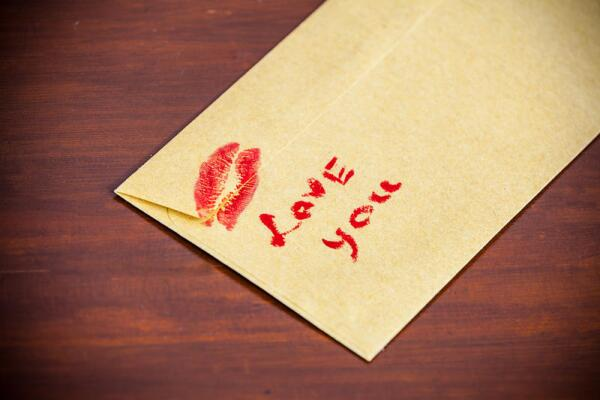 Любовное письмо лучше писать от руки и скреплять поцелуем