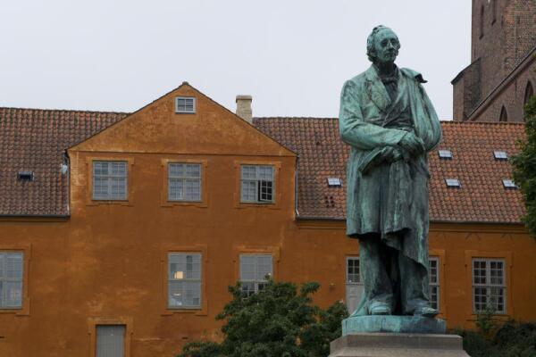Памятник Андерсену в его родном городе Оденсе, в Дании