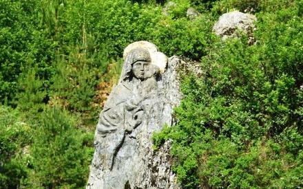 Изображение Богородицы, высеченное в скале