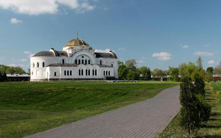 Восстановленный Свято-Николаевский храм, до войны здесь располагался католический костёл, в начале войны — красноармейский клуб.
