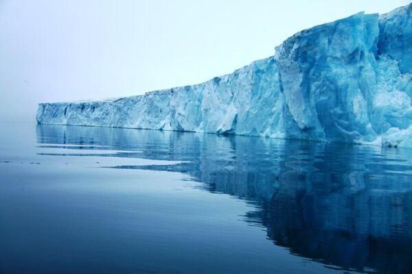 Какой он яркий, этот айсберг