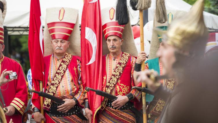 Воины в янычарских костюмах во время Турецкого фестиваля в Бухаресте