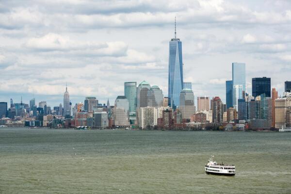 В 1626 году остров Манхэттен был «приобретён» голландцами у туземцев за три бочки рома