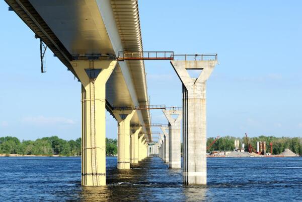 Если при строительстве моста пренебречь установкой гасителей ветровых волн, то даже огромный мост может рухнуть от небольшого ветерка