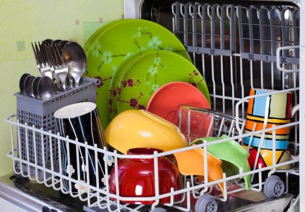 В полномерную посудомойку обычно входит 12-14 комплектов посуды, в узкую - на 3-4 комплекта меньше