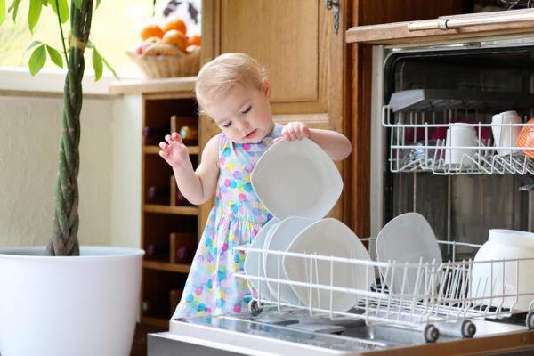 Встраиваемая посудомоечная машина полностью прячется под столешницу сверху